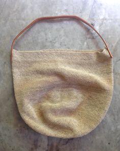 edición especial mono: bolsos y bolsitas de fibra de chaguar tejidas y teñidas a mano con colores naturales