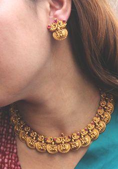 #templework #southjewellery #earrings #chandbaali #jhumka #earchain #necklace #peacock #indianjewellery #jewellery #templejewellery #necklaceset #accessories #indianjewels #southindian #gold #goldjewellery #ethnic #desi #desistyle #indianstyle #indianstreetstyle #indianfashion #fashion #desifashion #rubyred #redandgreen #jewelsofindia #ginni #indianblogger #mua #nudemakeup #hair #saree #sareeblouse #blue #designerjewellery #jewellerydesign #jewelry #indianwedding #paisleypop