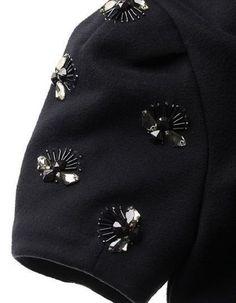 Un pulover simplu se va transforma într-o haină superbă dacă vei coase câteva. Pearl Embroidery, Bead Embroidery Patterns, Couture Embroidery, Embroidery Fashion, Embroidery Jewelry, Hand Embroidery, Couture Details, Fashion Details, Diy Fashion