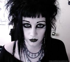 Stunning makeyp & hair on this pretty goth girl It suits her so well, don't you think?