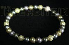RONJA MULTIOLIV. Halskette aus olivfarbenen Muschelkernperlen auf plastifiziertem Silberdraht. Magnetischer Verschluss aus gebürstetem Sterlingsilber 925.