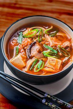 Vegan kim chi soup / Zupa z kim chi Kimchi, Souped Up, Asian Recipes, Ethnic Recipes, Chow Mein, Vegan Foods, Going Vegan, Japanese Food, Food Photo