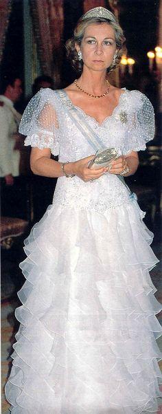Después de su boda, como Princesa y en los primeros años como Reina, Doña Sofía se adornaría en múltiples ocasiones con la tiara de su abuela Victoria Luisa, para luego ir cediendole el uso a sus dos hijas, las Infantas Elena y Cristina.