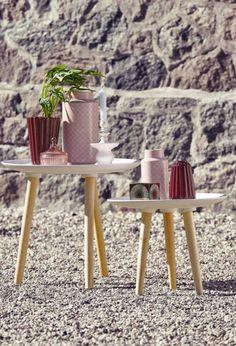Eine Wohnungseinrichtung im skandinavischen Stil versprüht einen ganz besonderen Charme und liegt voll im Trend. Dazu passt die Keramik-Vase im grafischen Retro-Muster, für Blumen oder auch als pures Design-Element genutzt werden kann.