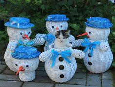 hóember Snehuliaci Christmas Baskets, Christmas Diy, Christmas Decorations, Christmas Ornaments, Willow Weaving, Basket Weaving, Corn Dolly, Paper Furniture, Paper Weaving