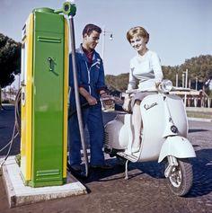 attrice italiana Alessandra Panaro rifornimento fa Vespa in una stazione di servizio sulla strada.  Roma, 1957 (Foto di Pierluigi PraturlonReporters Associati & Portfolio ArchiviMondadori via Getty Images)