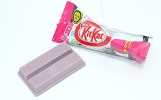 Japanese Kit Kats -- i did not know this -- since nestle has introduced over 200 different flavours of kit kat! including such things as purple sweet potato (shown), strawberry cheesecake & wasabi! Japanese Snacks, Japanese Candy, Japanese Sweets, Best Candy, Favorite Candy, Japanese Kit Kat Flavors, Sushi Kit, Candy Board, Buttered Corn