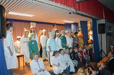 """Medemblik - Als afsluiting van het carnavals-thema """" Ziek-gezond"""" voerde de Jozefschool donderdagavond de musical """" De juf is ziek"""" op voor een stampvolle aula met ouders en andere belangstellenden..."""