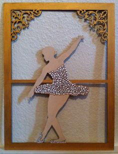 Bailarina com vestido e sapatinhos em mosaico de casca de ovo