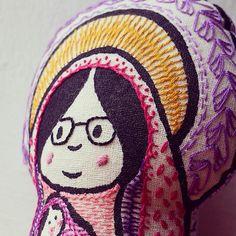 ¿Ha visto usted una virgencita con gafas? #mariita #virgencita #virgen #virgenmaria #serigrafia #screenprinted #bordado #handembroidery #embroidery #virginmary #nossasenhora #gafas #eyeglasses #hilodmc #dmcfloss #dmcthread
