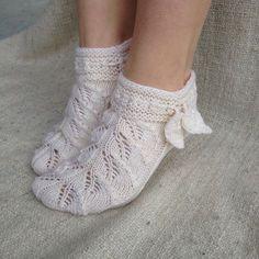 Venäläiset lehtisukat Crochet Socks, Knitted Slippers, Knit Or Crochet, Knitting Socks, Crochet Stitches, Hand Knitting, Knit Socks, How To Start Knitting, Cool Socks