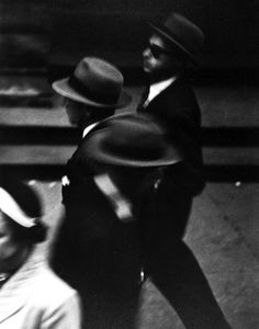 © Saul Leiter - New York, circa 1948. Courtesy Howard Greenberg Gallery. ☚