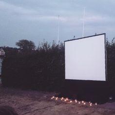 die besten 25 outdoor kinos ideen auf pinterest outdoor kinoleinwand hinterhof kinoleinwand. Black Bedroom Furniture Sets. Home Design Ideas