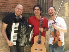 Os  músicos Alessandro Penezzi (violão, violão-tenor, bandolim e voz), Toninho Ferragutti (acordeom) e Ricardo Herz (violino e voz) sobem ao palco do Sesc Santana, no sábado, 26, às 21h, e no domingo, 27, às 18h, por conta dos 60 anos do lançamento do primeiro disco do Trio Surdina, originalmente formado por Garoto (violão, bandolim, cavaquinho e banjo), Fafá Lemos (violino) e Chiquinho do Acordeom.
