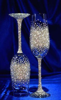 Glitter Wine Glasses, Diy Wine Glasses, Decorated Wine Glasses, Painted Wine Glasses, Decorated Liquor Bottles, Wedding Toasting Glasses, Wedding Champagne Flutes, Wine Glass Crafts, Wine Bottle Crafts