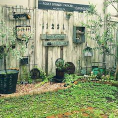 The planters under tree Garden Junk, Love Garden, Garden Pots, Small Space Gardening, Garden Spaces, Backyard Plan, Recycled Garden, Carrousel, Natural Garden