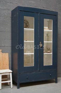 Mooie oude landelijke vitrinekast, oud-blauwe van kleur. De buitenkant van de kast heeft een mooi craquelé effect. Achter de deuren is de kast wit van kleur en er zitten drie legplanken, onderin een lade. GERESERVEERD t/m 25-10