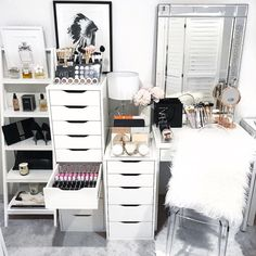 We're now officially in the Chrissy month ♥️ I hope everyone's having a great weekend setting up some Xmas decos or like me, playing in your beauty room I'm easily distracted . We have a few close ups and links on today's Insta story. . All makeup storage items available on our website xx . #makeupstorage #beautyroom #vanity #vanitystorage #acrylicmakeupstorage #beautyroomstorage #vanitytable #beautyroominspo #vanities #vanitytable #makeupmirror #makeuporganizer #cosmetics #cosm...