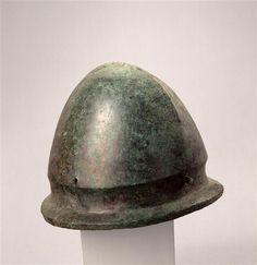 Casco etrusco de tipo Negau. Altura 17 cm. Siglo V-I a.C. Musée d'Archéologie Nationale Saint-Germain-en-Laye. Inv nº  MAN4761.