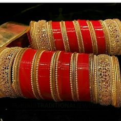 hajra ❤❤❤love this bridal chura😘😍😍 Bridal Bangles, Bridal Jewelry, Gold Jewelry, Fancy Jewellery, Luxury Jewelry, Jewelry Box, Chuda Bangles, Wedding Chura, Wedding Bride