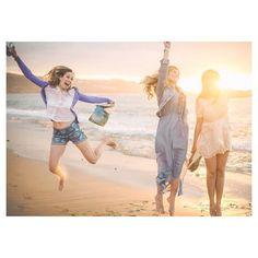 El #atardecer en #lascanteras tiene un punto de #locura. The #sunset in Las Canteras #beach is a little bit crazy. Preciosa foto de @mariaselegna  para @deandarporcasas. Gracias Sabrina por llevarnos contigo. #palmsatnight #palmerasenlanoche #afortunadas #islascanarias #Canaryislands