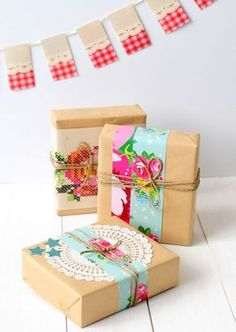 Pretty gift wrap idea for dressing up brown paper with doily, twine and colourful patterned paper strips Present Wrapping, Creative Gift Wrapping, Wrapping Ideas, Creative Gifts, Pretty Packaging, Gift Packaging, Craft Gifts, Diy Gifts, Gift Wraping