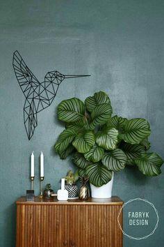 Statement in jouw huis! De geometrische kolibrie is een bestseller uit onze collectie, verkrijgbaar is 2 afmetingen en diverse kleuren.