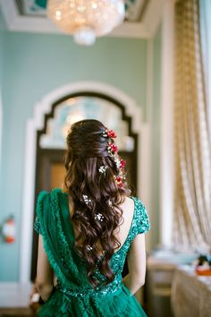 Half Up Half Down Hairstyles For Your Mehendi! - My list of women's hairstyles Saree Hairstyles, Half Updo Hairstyles, Bride Hairstyles, Indian Hairstyles For Saree, Trendy Hairstyles, Bridal Hairstyle Indian Wedding, Bridal Hair Buns, Wedding Updo, Front Hair Styles