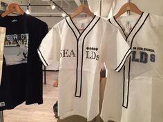 今日のグッズ売場には、SEALDsベースボールシャツとトートバッグ 、えっ、U.C.D.Tシャツ?【SEALDs S4LON vol.3 GOBLIN@代官山】