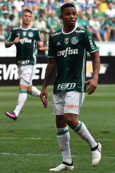 Palmeiras' player Gabriel Jesus (R) is seen during their Brazilian Championship football match against Chapecoense at the Allianz Parque stadium on November 27, 2016 in Sao Paulo, Brazil. / AFP / NELSON ALMEIDA