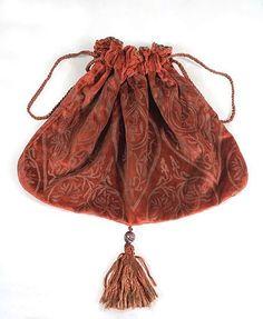 Фотографии моделей одежды из набивных тканей от Марии Галленги. Текст о дизайнере здесь 1. накидка 2. жакет - накидка 3. платье 4. накидка 5. платье. видимо, к нему…