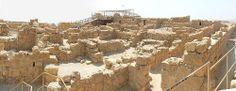 El Palacio Occidental es el edificio más grande de Masada, estaba ubicado sobre el centro de la muralla de casamatas, cerca del portón principal que da hacia Judea y Jerusalén, servía como centro principal de administración de la fortaleza y como palacio ceremonial del rey.  Se compone de cuatro alas: un apartamento real, una sección de servicios y talleres, almacenes y una unidad administrativa.