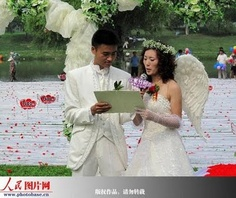 Chinese brides wears the longest wedding dress in the world