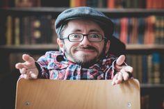 Zu Besuch bei Raúl Krauthausen: Ein richtiger Promi lädt uns in seine WG ein. Autor, Aktivist und Träger des Bundesverdienstkreuzes am Bande: Raúl Krauthausen hat schon viel bewegt. Aber vor allem setzt er sich dafür ein, dass andere sich ungehindert bewegen können: Mit den Sozialhelden hat er verschiedene Projekte ins Leben gerufen, die Menschen mit Bewegungseinschränkungen ihre Wege durch den Alltag erleichtern. #is24zubesuch #roomtour #homeportrait #immobilienscout24 #sozialhelden