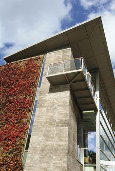 Utilizado para erguer os prédios das grandes cidades, o concreto é um dos materiais mais utilizados na arquitetura moderna. Pensando nisso, a linha Concretíssyma surgiu com a proposta de evidenciar toda a versatilidade e beleza que o concreto possui. Em destaque, o Concretíssyma Argento Line revestiu toda a fachada do prédio, trazendo uma atmosfera contemporânea e sólida ao edifício.  #portobello_sa #portobellolovers #Concretissyma #porcelanato #revestimento #decor #decoraçao #concreto