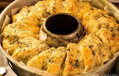 Dieses Omnia Rezept passt perfekt zum Grillen. Ein Knoblauch-Käse-Kräuter-Brot mit knuspriger Kruste und cremigem Inhalt.
