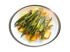 Los espárragos trigueros al horno son una fuente de vitaminas y minerales y, acompañados con patatas, nos dan además energía. Esta receta es muy sencilla.