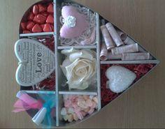 Als cadeau te geven aan een bruidspaar! Alles bij de Action. Chocolade hartjes, snoep hartjes, reuk buideltje, roos, hart zeep.