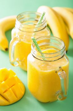 This delicious mango, raspberry, and cardamom smoothie is a delicious companion for any post-brunch workout plans you have. Pineapple Banana Smoothie, Mango Smoothie Recipes, Smoothie Recipes For Kids, Breakfast Smoothie Recipes, Smoothies Banane, Fruit Smoothies, Curry, Healthy Peanut Butter, Meal Replacement Smoothies