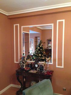Decoración con molduras de escayola y espejos. Christmas Tree, Holiday Decor, Home Decor, Moldings, Mirrors, Projects, Teal Christmas Tree, Decoration Home, Room Decor
