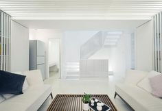 Stile minimal, look pulito, interni e arredi rigorosamente bianchi per una storica abitazione nel cuore della metropoli cinese