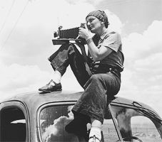 // Dorothea Lange (using the 'Graflex'). Image by Paul S. Taylor, 1934 - I Love Dorothea Lange - and all of her striking images. Vintage Photography, Street Photography, Portrait Photography, Alfred Stieglitz, Documentary Photographers, Famous Photographers, Documentary Film, Richard Avedon, Dorothea Lange Photography