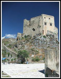 Castello Rufo Ruffo di Scaletta Zanclea (ME).  Fatto costruire verso l'anno 1220, da Federico II di Svevia, l'arroccato complesso fu dato dall'Imperatore in custodia a Matteo Selvaggio.