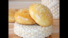 Soft and fluffy, with a thin and elastic crust, these delicious buns are perfect for burgers. Homemade Burger Buns, Food Videos, Sandwiches, Bread, Make It Yourself, Baking, Recipes, Homemade Hamburger Buns, Brot