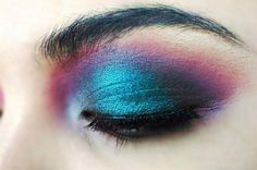 Take a look at these different colorful eyeshadow tutorials for blue-eyed women. Check them out and my tips to getting the most out of your blue eyes.