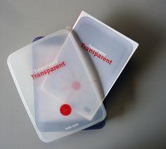 """Ponlo en un Toper!"""", Tupperware y su historia. Y dicho y hecho, este fantástico volumen viene literalmente en un Tupperware. Transparent es una cuidada edición de la prestigiada casa Hatje Cantz que nos cuenta con lujo de detalle la historia de esta icónica firma. Un pilar que fundamenta el éxito de esta empresa es la patente que dio origen al envase sellado que revolucionó la manera en que conservamos los alimentos. http://www.podiomx.com/2013/09/ponlo-en-un-toper-tupperware-y-su_24.html"""