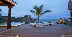 L'unes des nos villas les plus grandes et l'une des rares à avoir une plage privée aménagée  accessible à pied. IS est une villa qui surplombe la baie de Petit Cul de Sac.