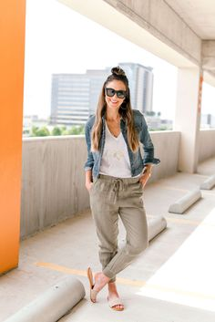 how to style linen joggers Look Fashion, Autumn Fashion, Fashion Outfits, Spring Summer Fashion, Sporty Fashion, Ski Fashion, Style Summer, Fashion Women, Joggers Outfit