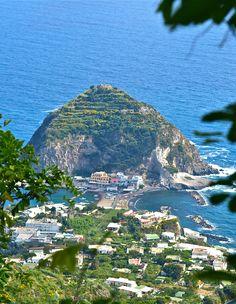 Вид на полуостров Сант-Анжело, остров Искья, Италия... Ischia, province of naples , campania region ITALY.