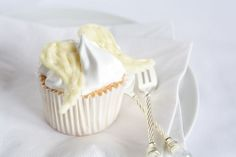 Angelic Angel's Food Cupcakes kissed with marshmallow frosting and filled with caramel. An almost angelic Halloween treat Angel Food Cupcakes, Yummy Cupcakes, Cupcake Cookies, Holiday Desserts, Just Desserts, Delicious Desserts, Cupcake Flavors, Cupcake Recipes, Chocolate Angel